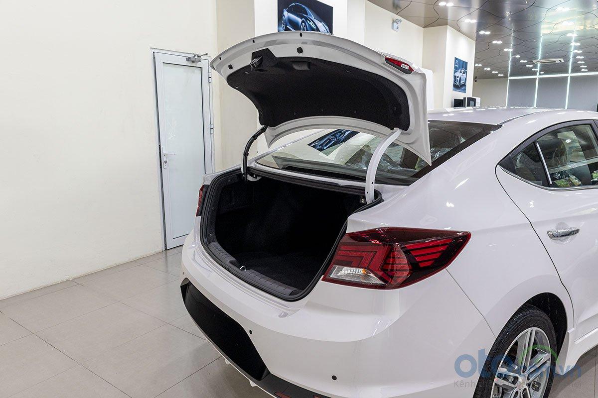 Đánh giá xe Hyundai Elantra 2019: Cốp sau tự động mở khi chủ xe đến gần sau 3 giây.