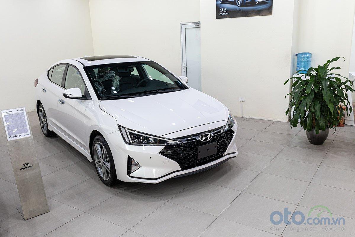 Đánh giá xe Hyundai Elantra 2019: Đầu xe được thay đổi rât nhiều.