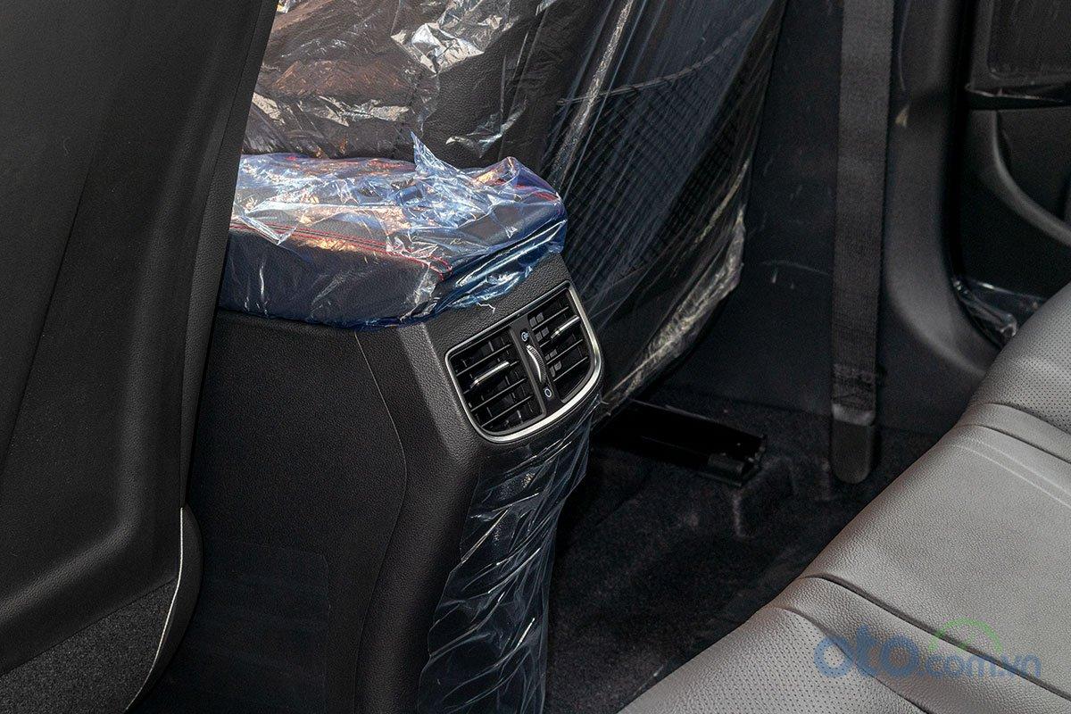 Đánh giá xe Hyundai Elantra 2019: Cửa gió hàng ghế sau.