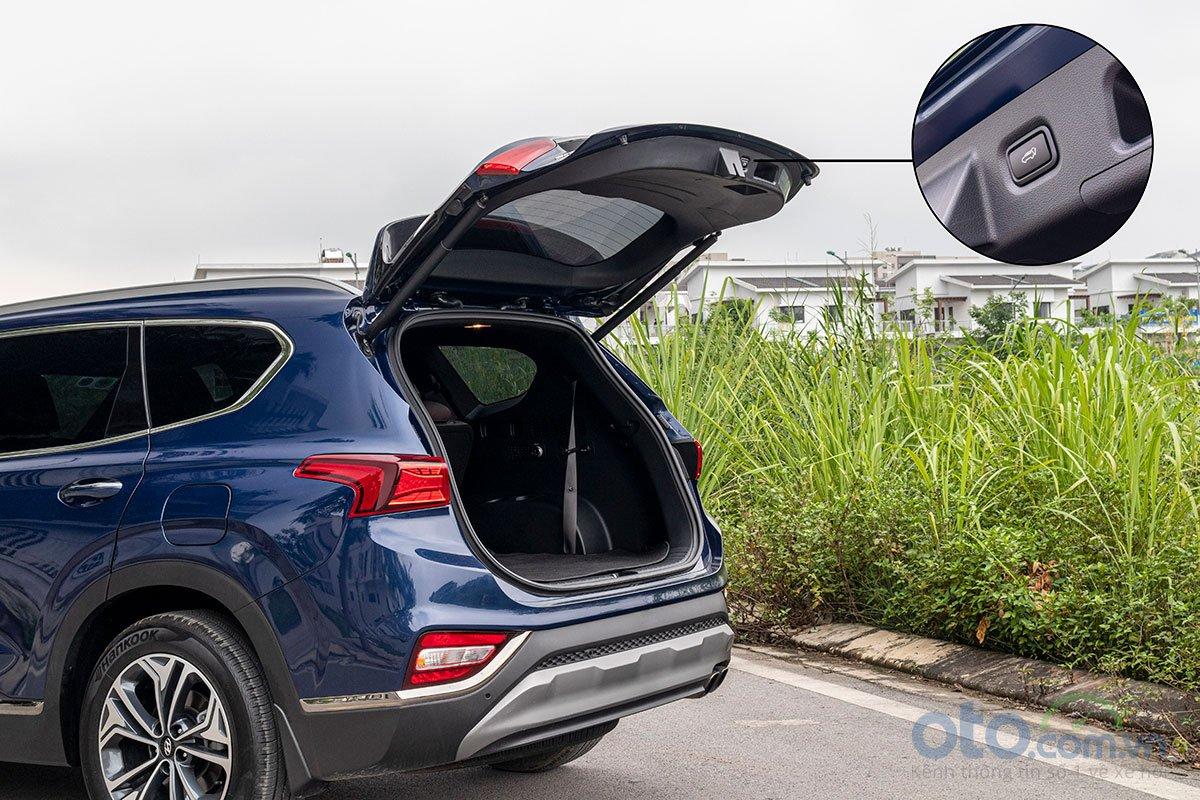 Đánh giá xe Hyundai Santa Fe 2019: Cốp sau đóng mở điện.