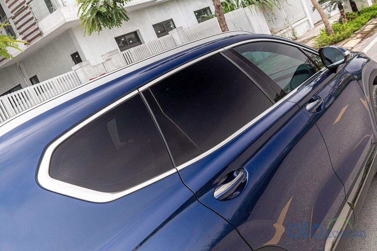 Đánh giá xe Hyundai Santa Fe 2019: Đường viền crôm dạng xám khói.