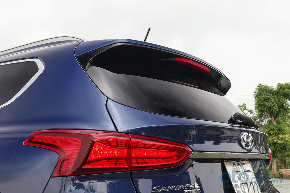 Đánh giá xe Hyundai Santa Fe 2019: Cánh gió tích hợp đèn phanh LED trên cao.
