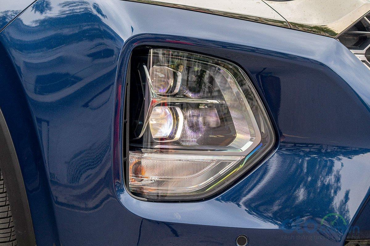 Đánh giá xe Hyundai Santa Fe 2019: Đèn pha xe chuyển xuống thấp.