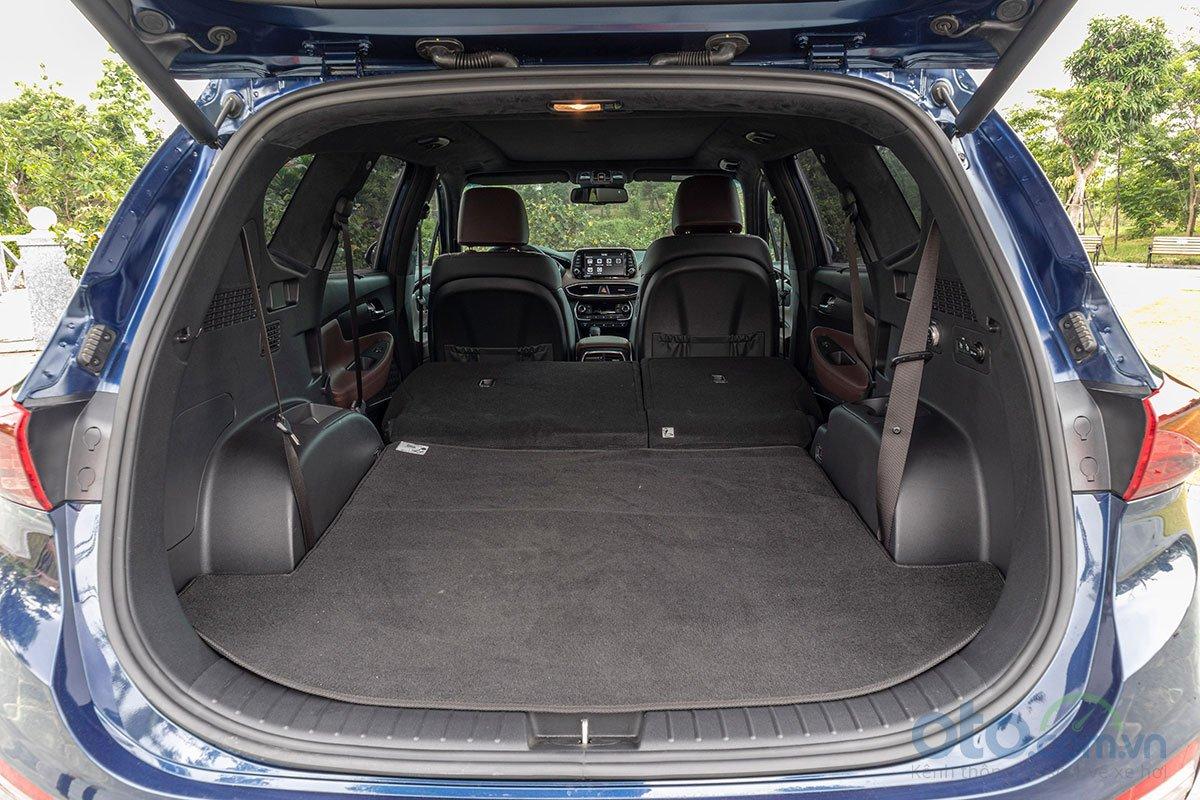 Đánh giá xe Hyundai Santa Fe 2019: Cốp rộng khi gập 2 hàng ghế lại.