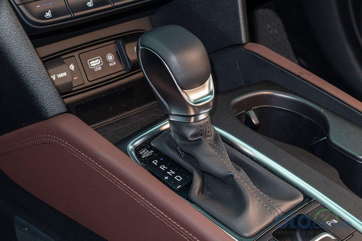 Đánh giá xe Hyundai Santa Fe 2019: Hộp số tự động 8 cấp.