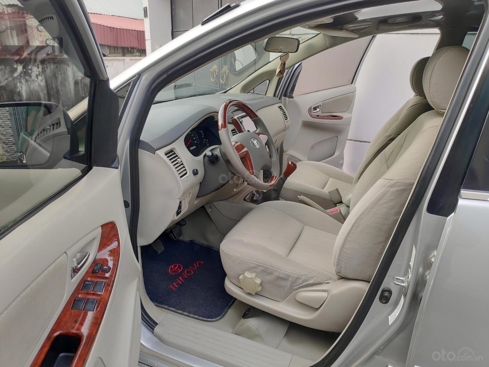 Bán Toyota Innova 2.0 E 2015, màu bạc, xe nhà, chính chủ-4