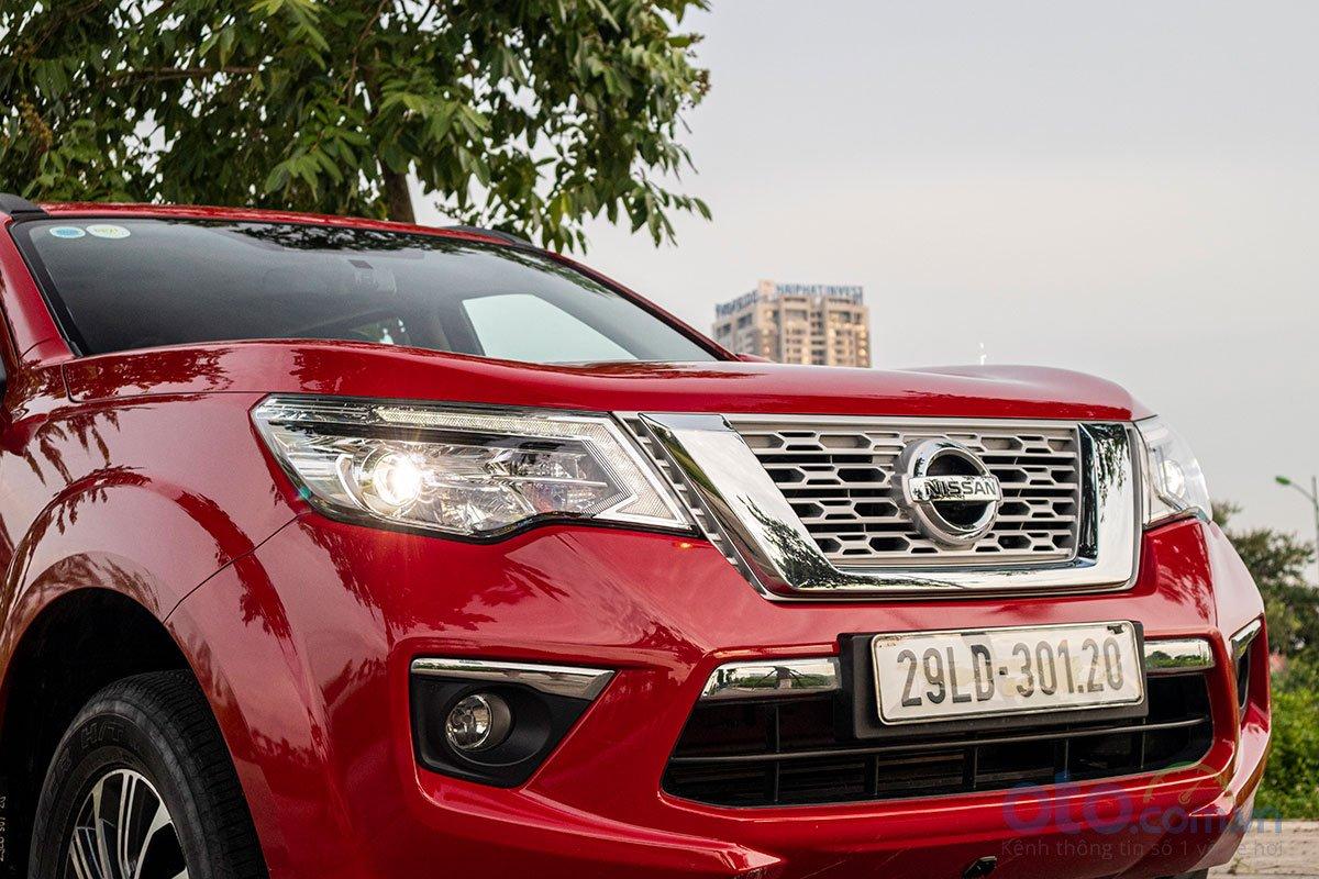 Đánh giá xe Nissan Terra 2019: Rất nhiều chi tiết crôm được hiện diện ở phần đầu xe.