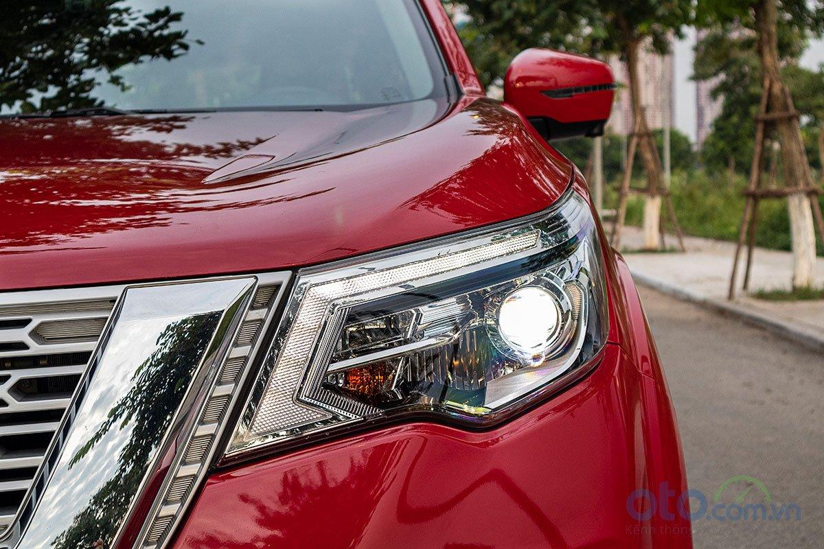 Đánh giá xe Nissan Terra 2019: Cụm đèn pha lấy cảm hứng từ mẫu Nissan Pathfinder.