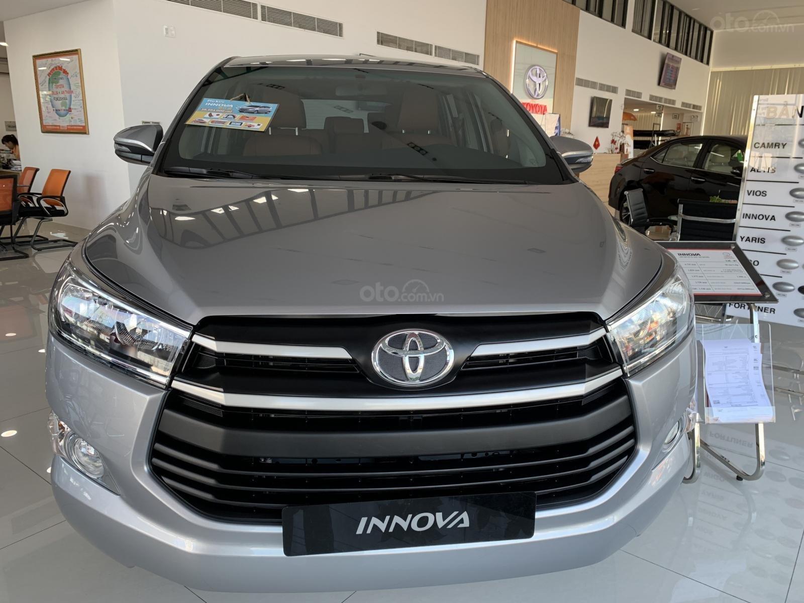 Bán Toyota Innova 2.0E MT 2019, khuyến mãi cực khủng, màu bạc giao ngay. LH: 0943.134.210-0