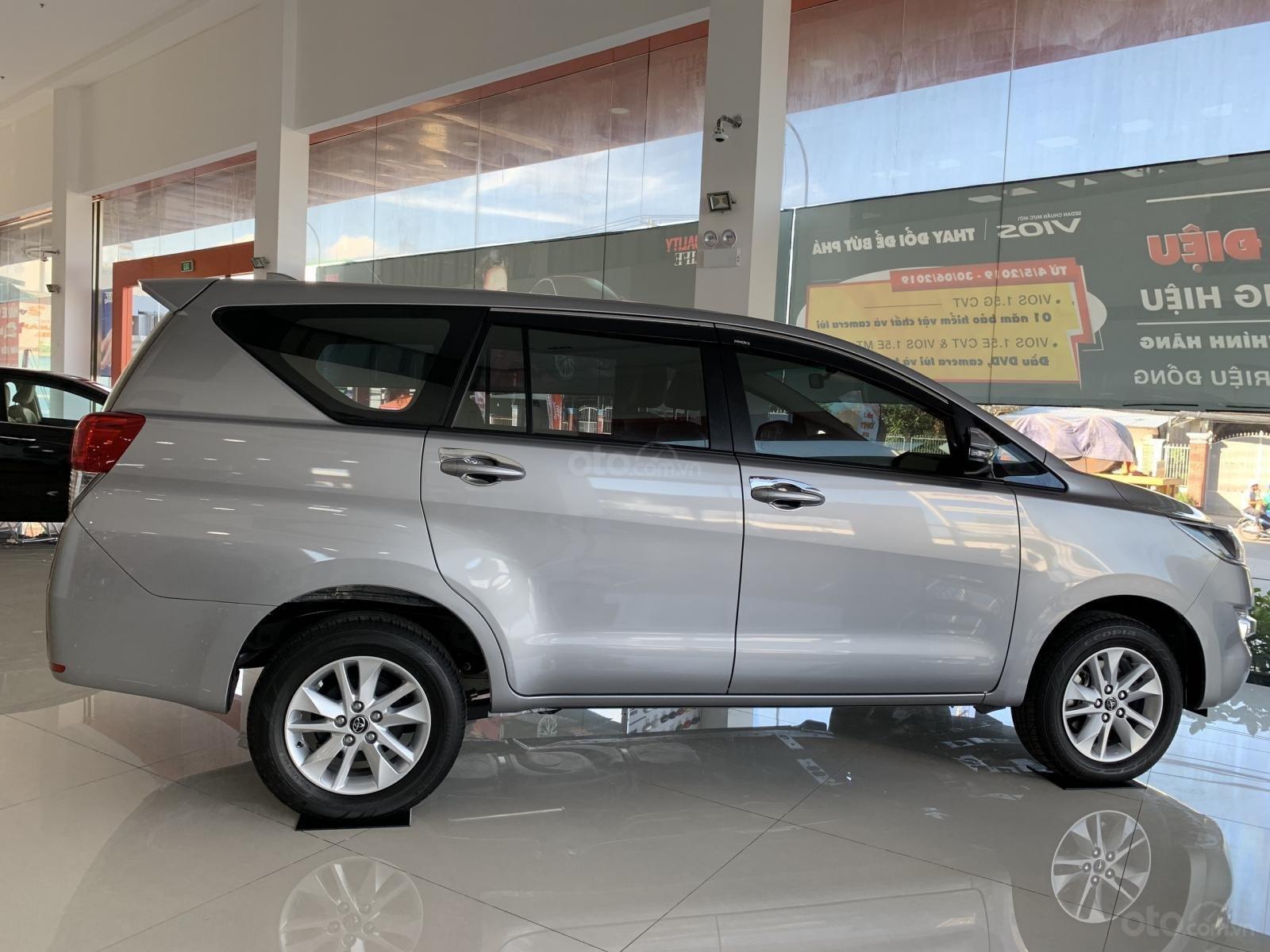 Bán Toyota Innova 2.0E MT 2019, khuyến mãi cực khủng, màu bạc giao ngay. LH: 0943.134.210-1