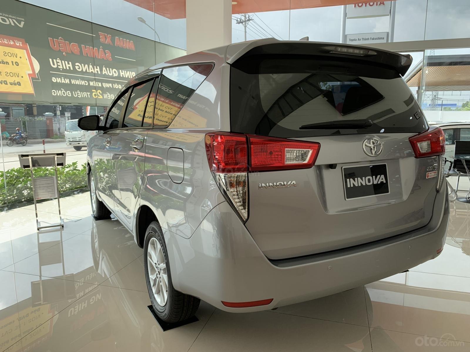Bán Toyota Innova 2.0E MT 2019, khuyến mãi cực khủng, màu bạc giao ngay. LH: 0943.134.210-3
