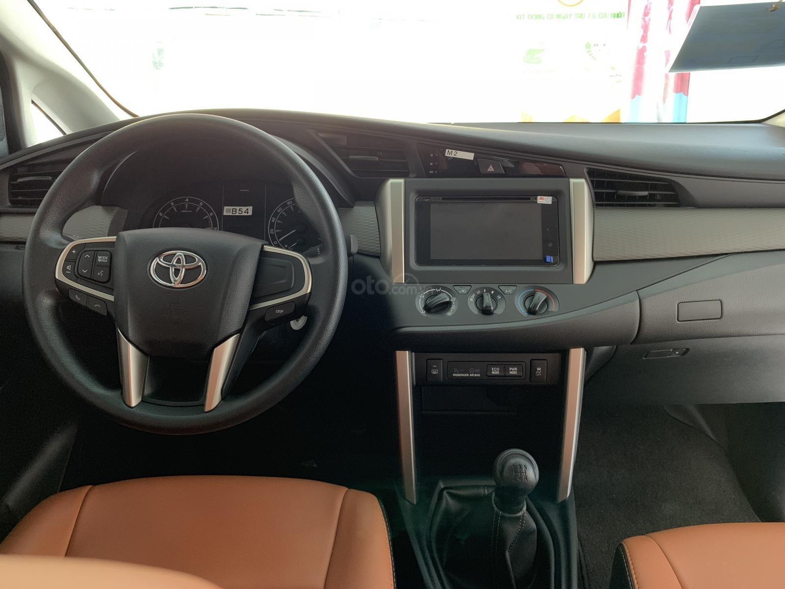 Bán Toyota Innova 2.0E MT 2019, khuyến mãi cực khủng, màu bạc giao ngay. LH: 0943.134.210-6
