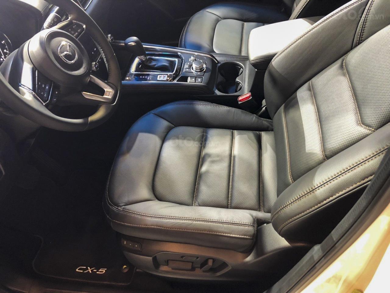 Đánh giá xe Mazda CX-5 2019: Ghế ngồi đều được bọc da với tính năng nhớ ghế và chỉnh điện cho người lái.