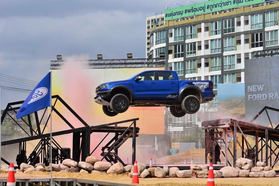 Ford Ranger Raptor đang bay
