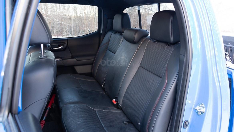 Đánh giá xe Toyota Tacoma TRD Pro 2019 về ghế ngồi - Ghế sau cũng khá chật đối với người cao