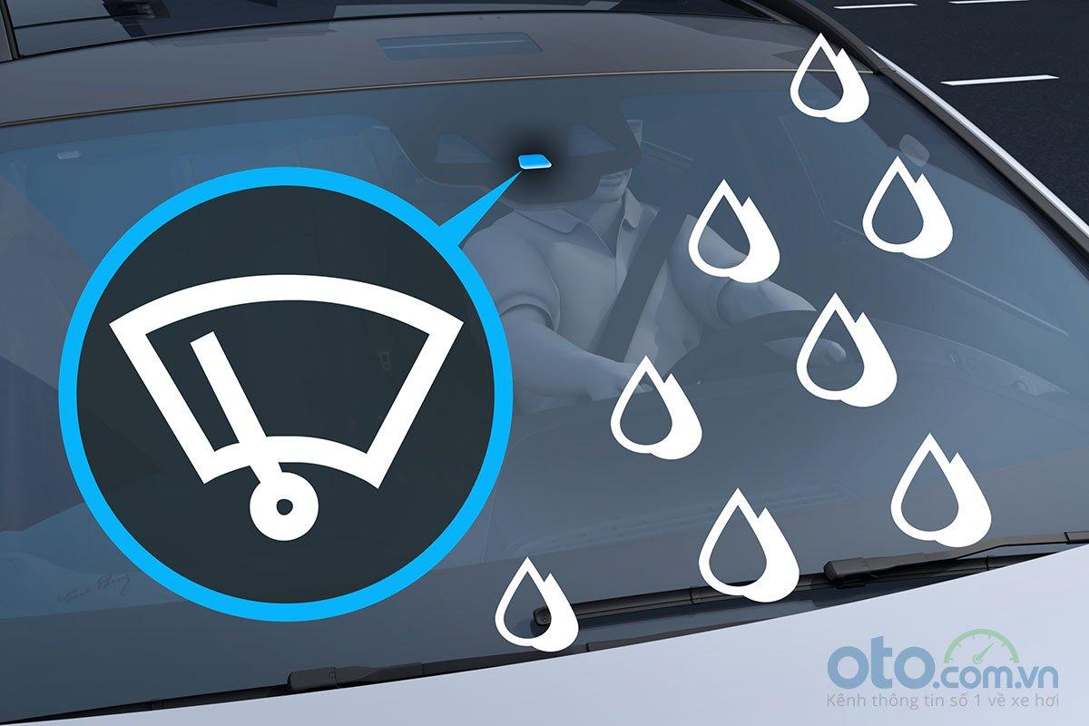 Đánh giá xe Mercedes-Benz C200 Exclusive 2019: Cảm biến gạt mưa tự động.