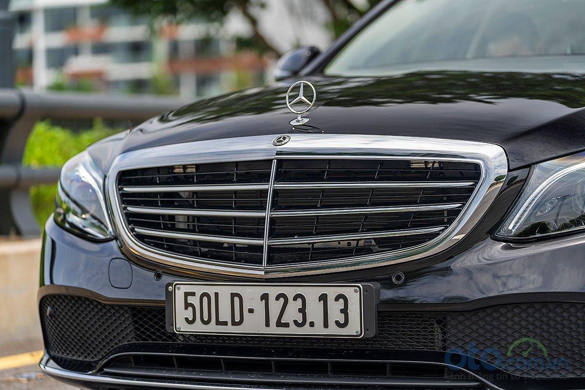 Đánh giá xe Mercedes-Benz C200 Exclusive 2019: Lưới tản nhiệt.