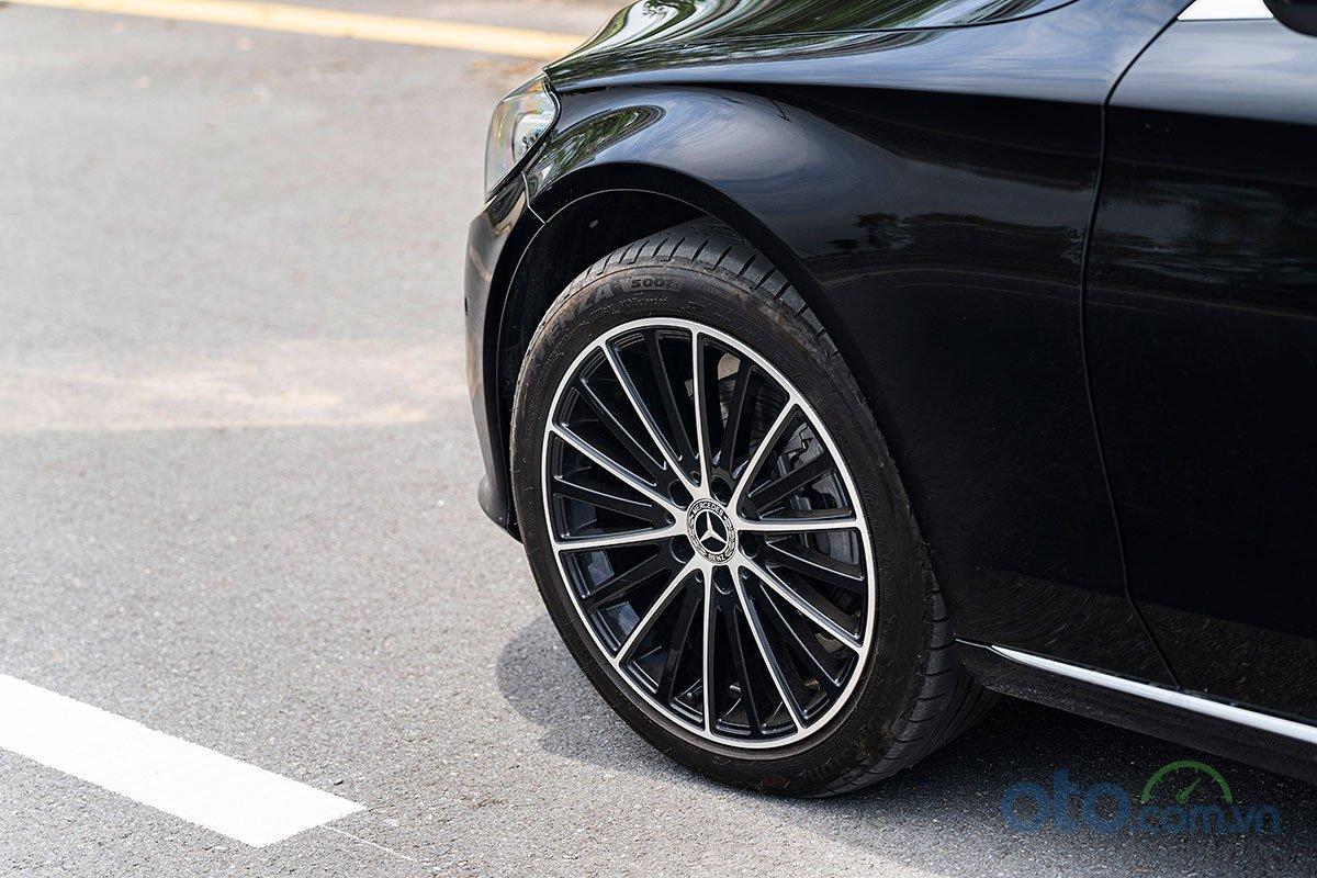 Đánh giá xe Mercedes-Benz C200 Exclusive 2019: la-zăng xe.
