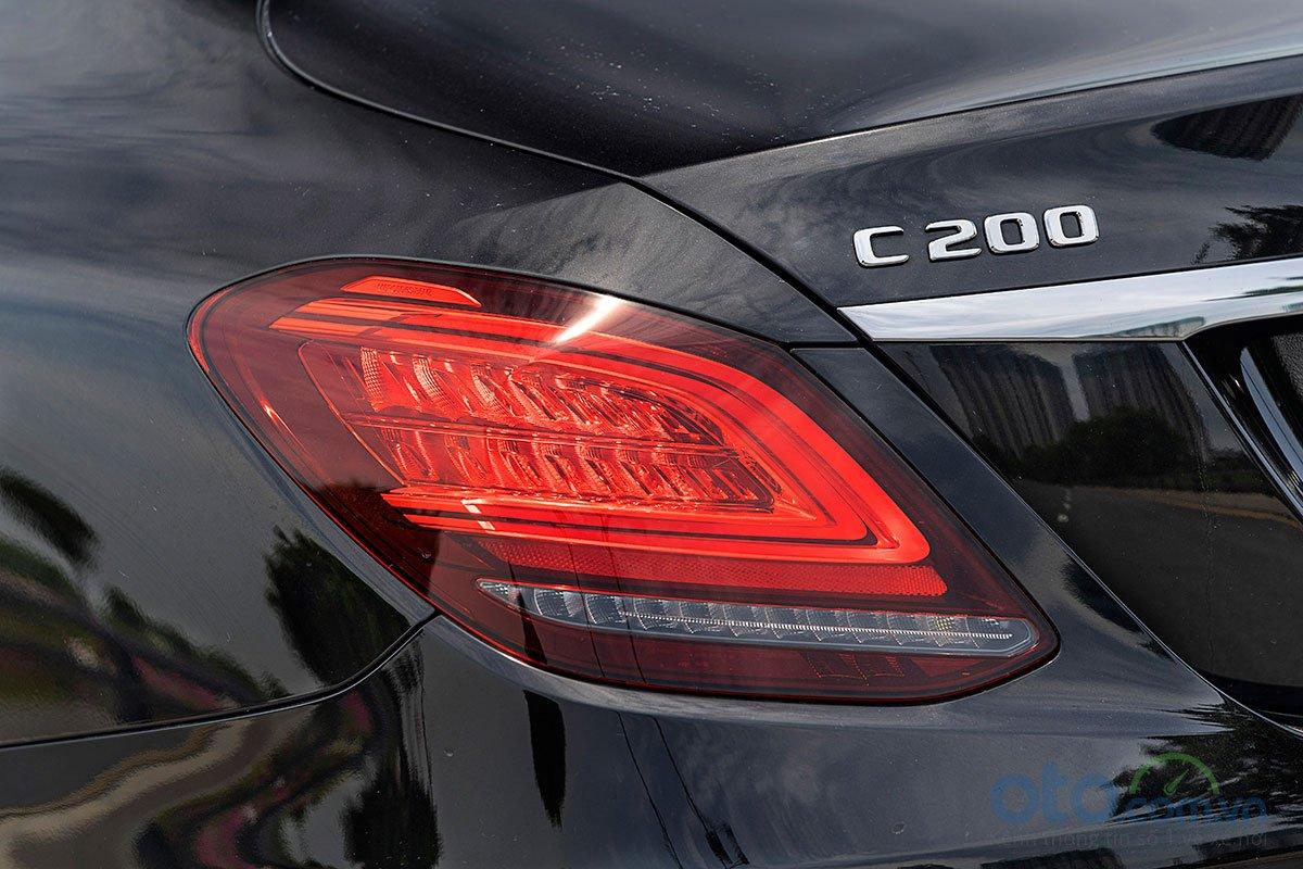 Đánh giá xe Mercedes-Benz C200 Exclusive 2019: Cụm đèn hậu hình chữ C mới.