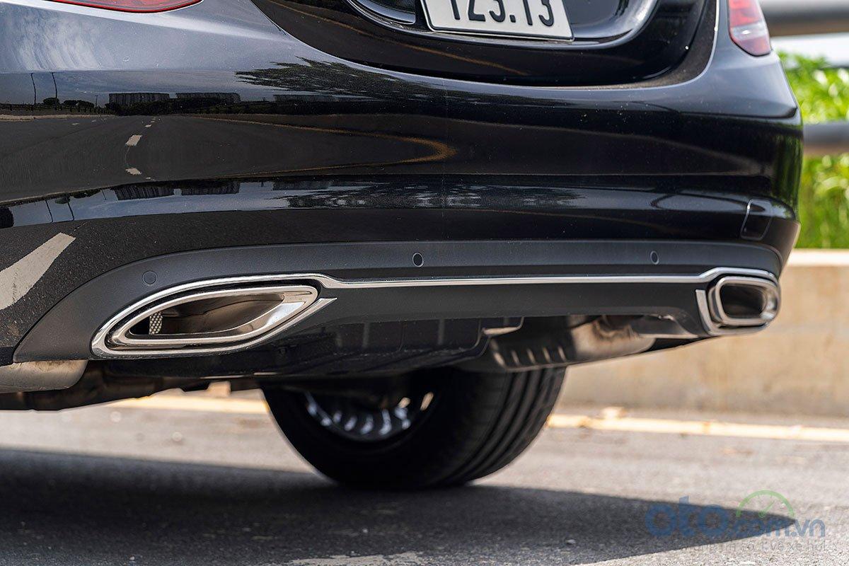 Đánh giá xe Mercedes-Benz C200 Exclusive 2019: Cản sau được tinh chỉnh nhẹ.