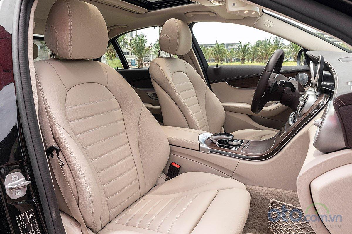 Đánh giá xe Mercedes-Benz C200 Exclusive 2019: Hàng ghế trước.