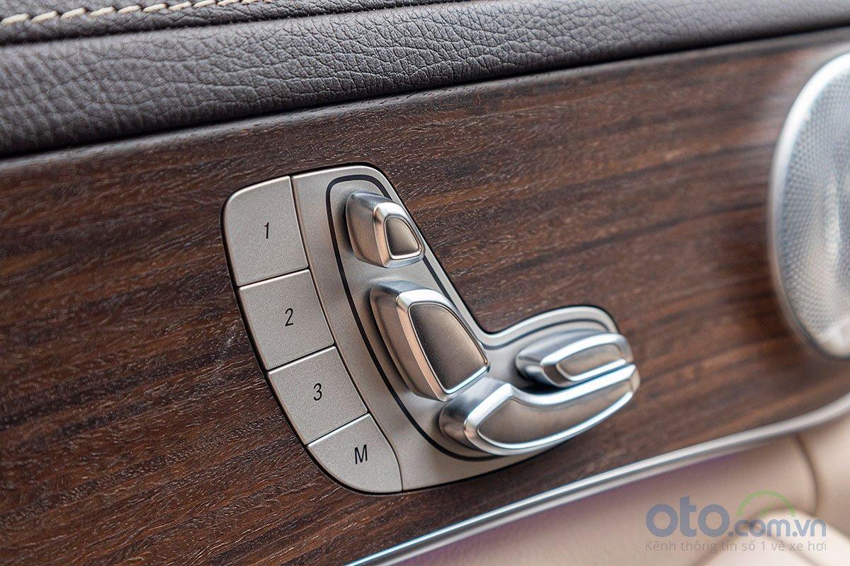 Đánh giá xe Mercedes-Benz C200 Exclusive 2019: Ghế chỉnh điện 14 hướng và nhớ 3 vị trí ghế.