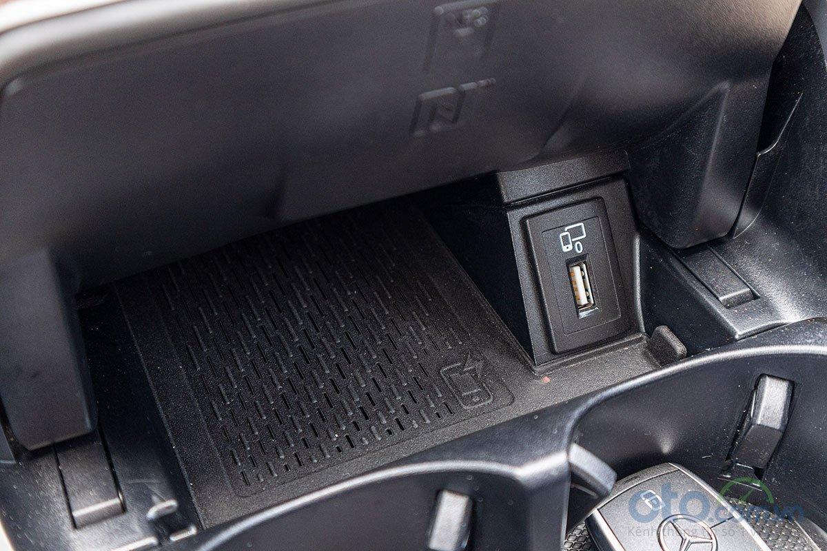Đánh giá xe Mercedes-Benz C200 Exclusive 2019: Sạc không dây chuẩn Qi.