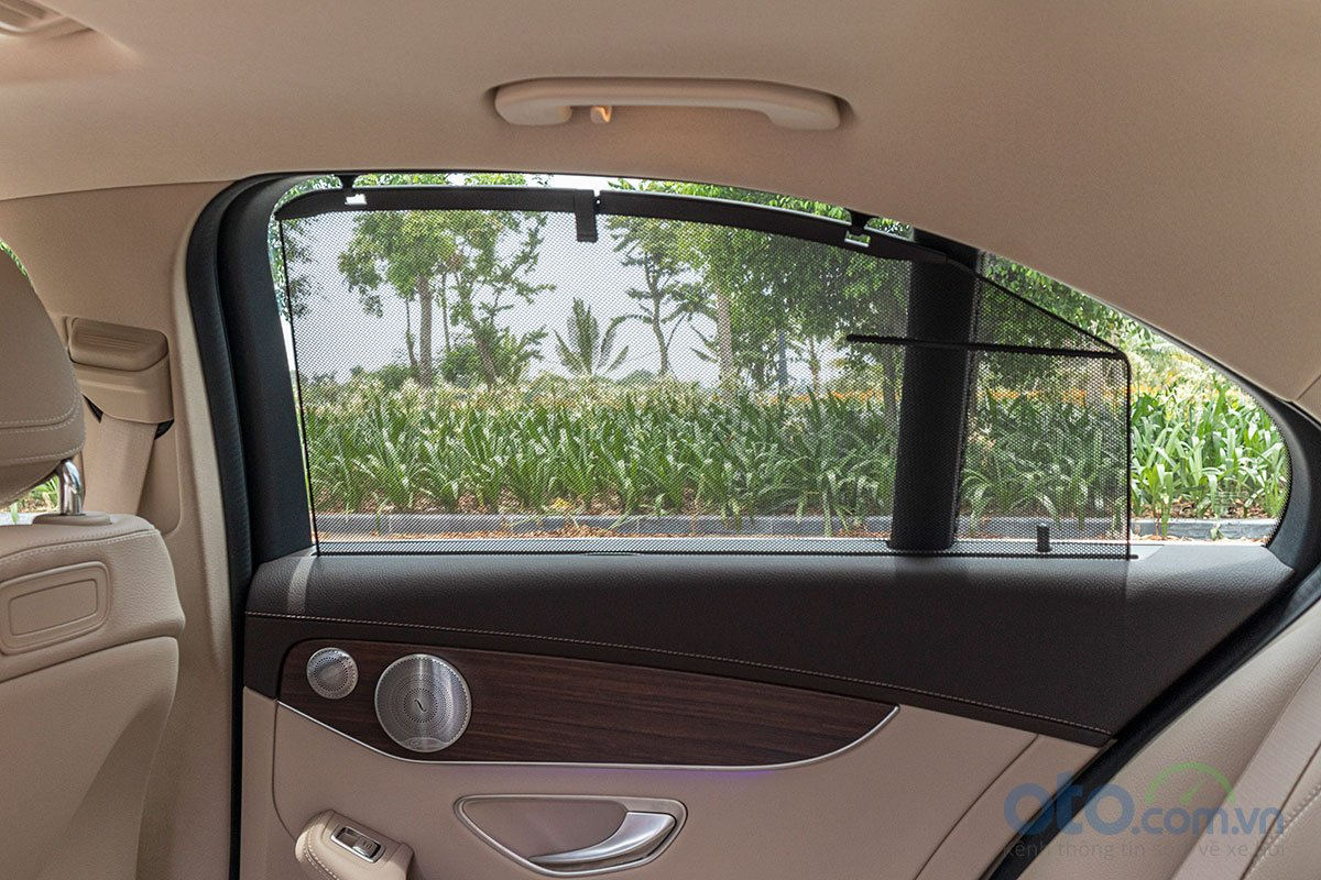 Đánh giá xe Mercedes-Benz C200 Exclusive 2019: Rèm che nắng bên cho hàng ghế phía sau.