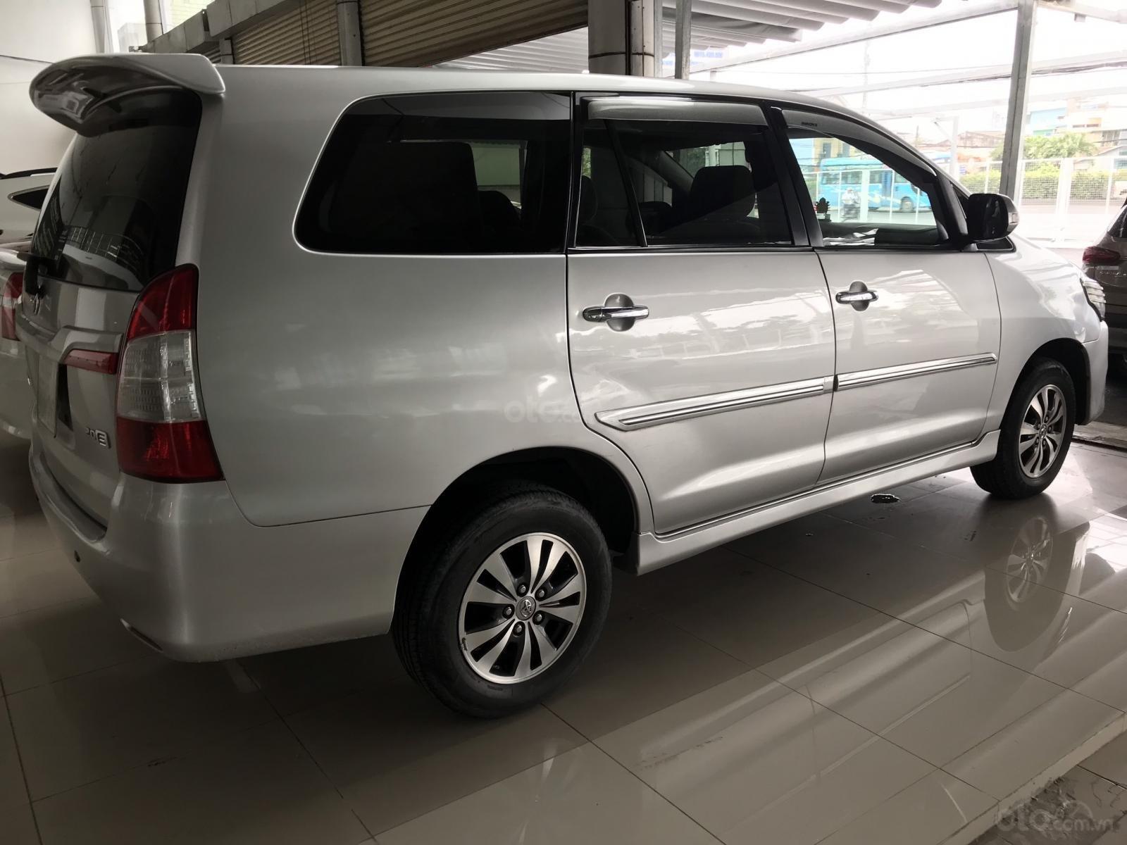 Bán Toyota Innova 2.0E màu bạc số sàn sản xuất 2016, biển Sài Gòn, xe đẹp (4)