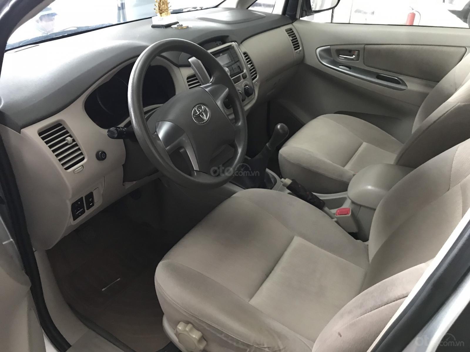Bán Toyota Innova 2.0E màu bạc số sàn sản xuất 2016, biển Sài Gòn, xe đẹp (6)