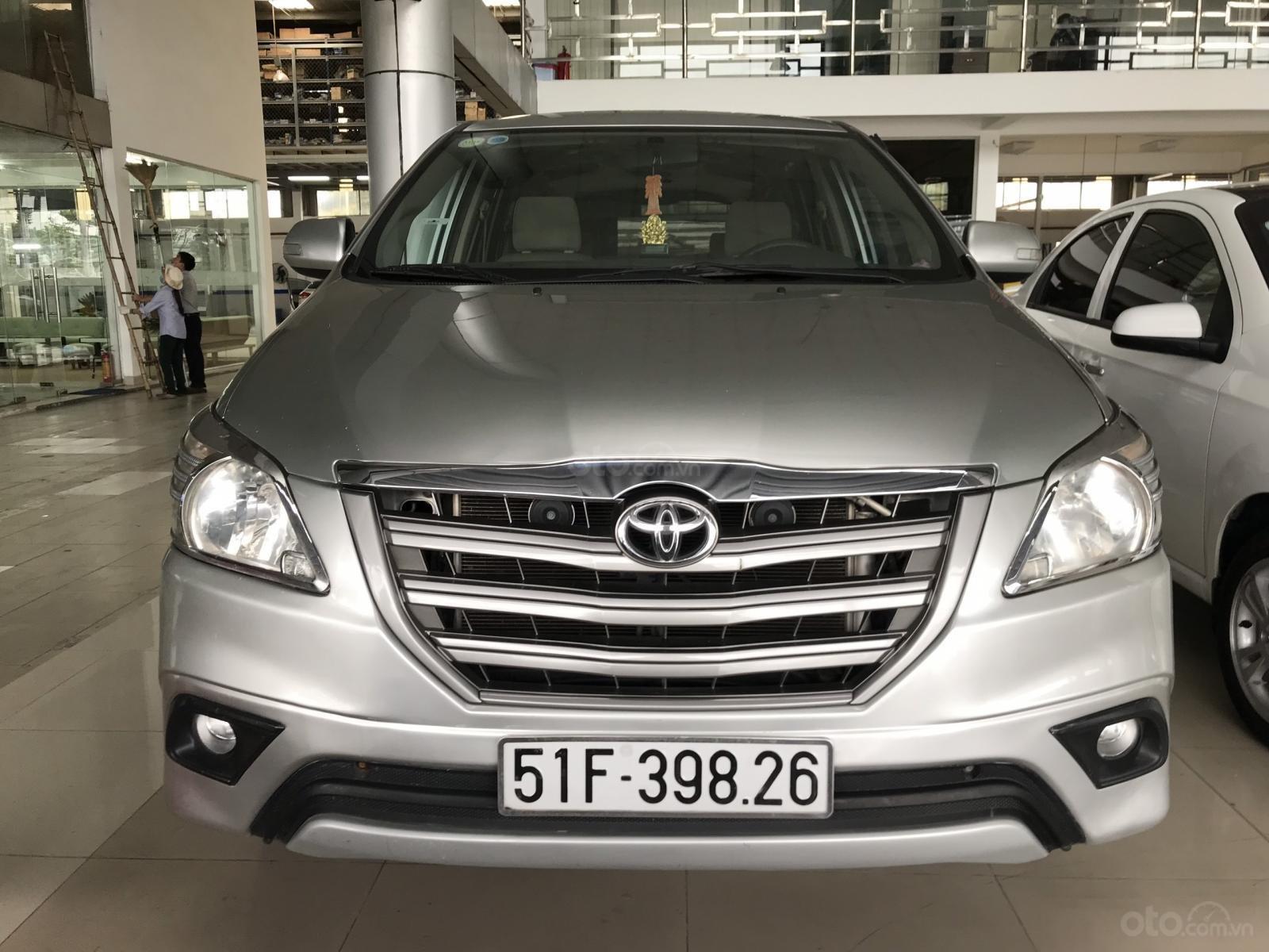 Bán Toyota Innova 2.0E màu bạc số sàn sản xuất 2016, biển Sài Gòn, xe đẹp (7)