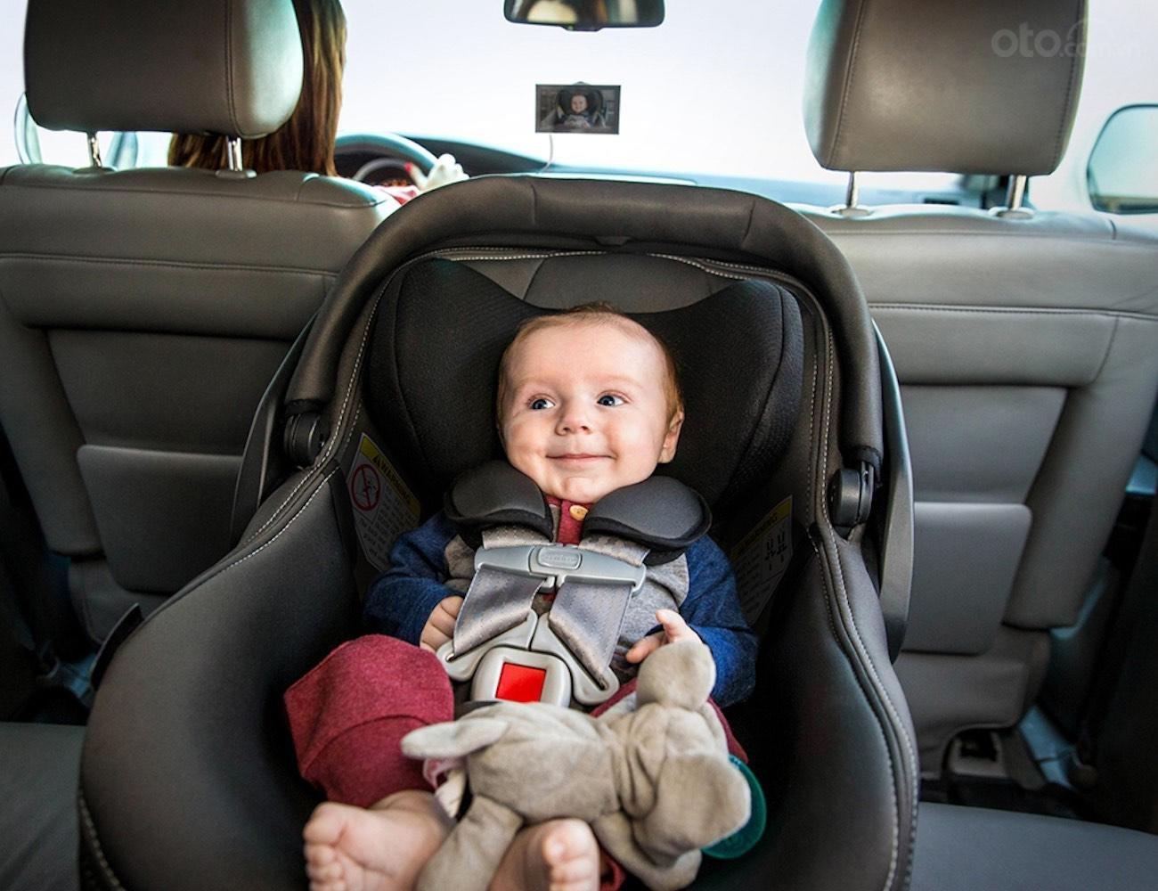 Trẻ dưới 6 tháng phải ngồi ở ghế sau.