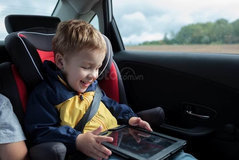 Trẻ từ 4 tuổi đến 7 tuổi vẫn phải ngồi ở ghế sau.