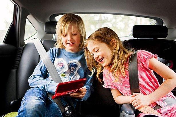 Trẻ từ 7 đến 16 tuổi có thể ngồi ở ghế sau hoặc trước tuỳ tình huống.