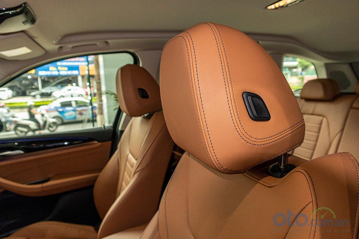 Đánh giá xe BMW X3 2019: Tựa đầu dịch chuyển tiến lùi chỉnh cơ.