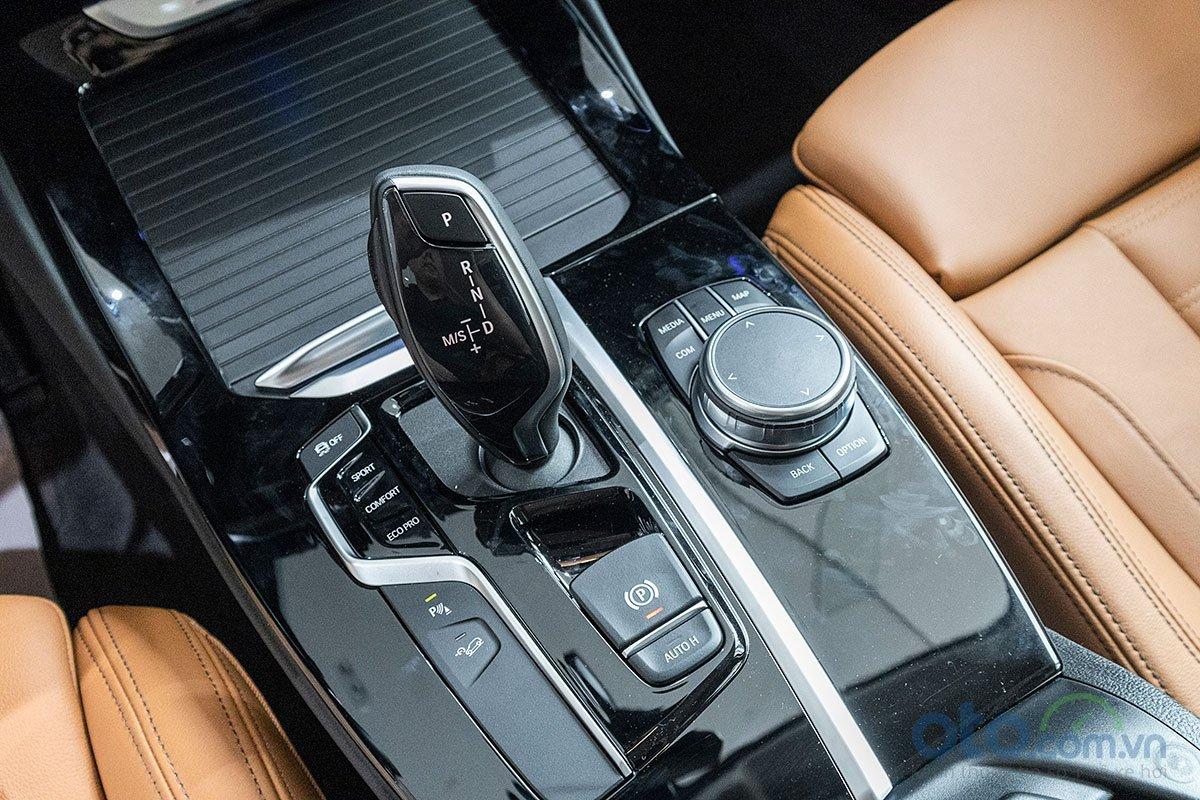 Đánh giá xe BMW X3 2019: Hộp số tự động 8 cấp đi kèm 4 chế độ vận hành khác nhau.