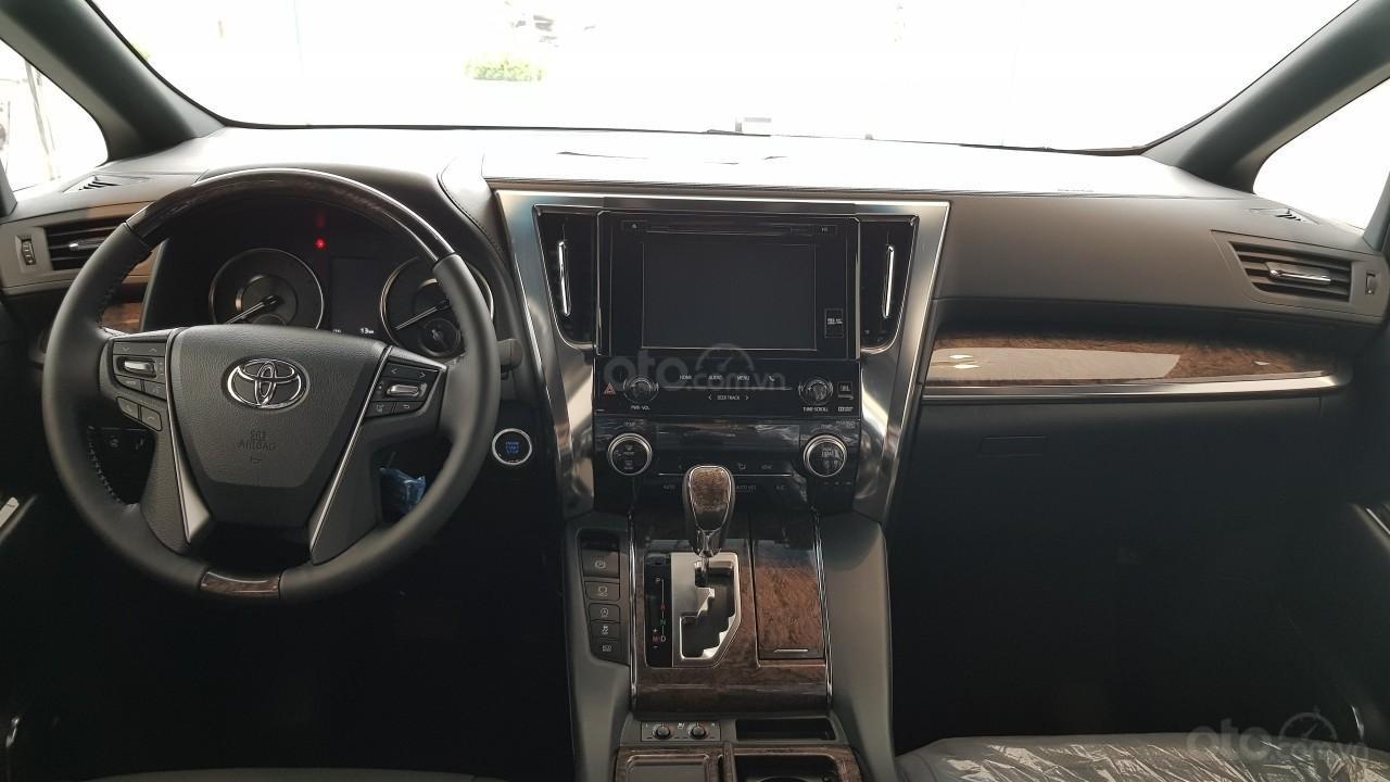 """Toyota Alphard lội ngược dòng, bán kèm """"lạc"""" 300 triệu vẫn không đủ xe giao khách a3"""