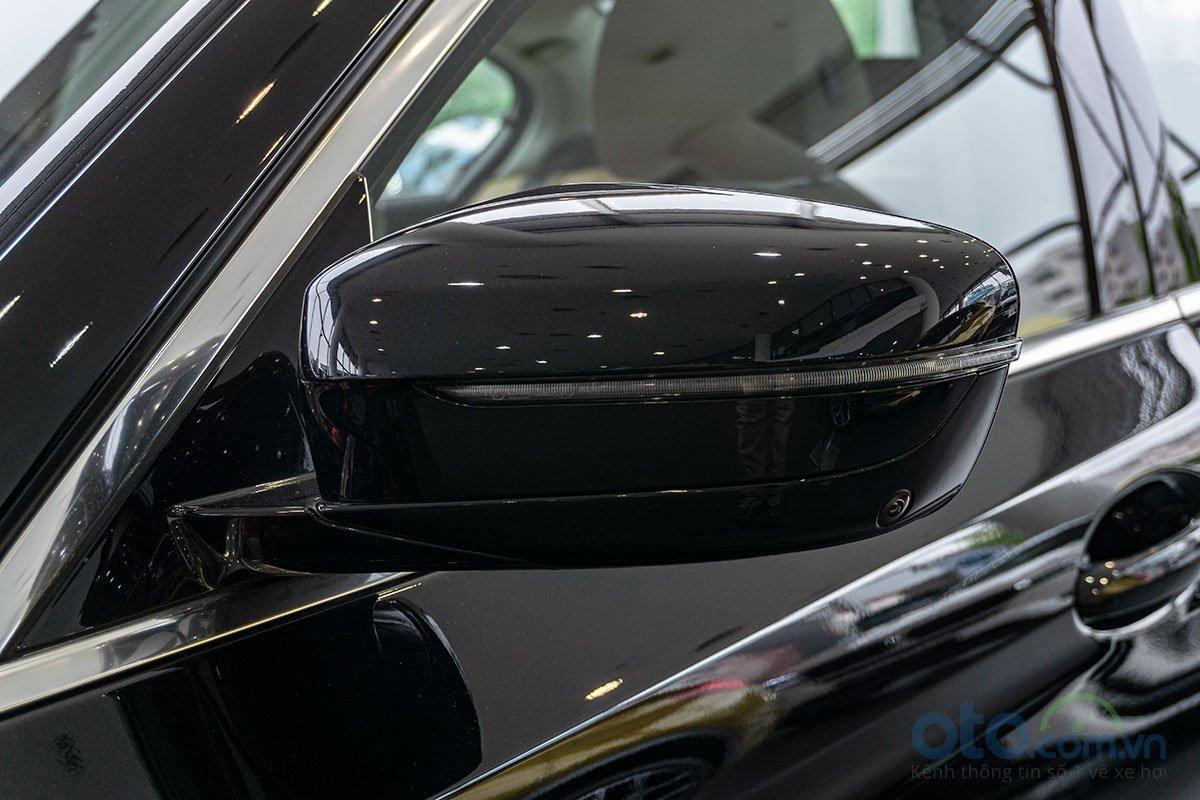 Đánh giá xe BMW 530i 2019: Gương chiếu hậu tích hợp xi-nhan LED.