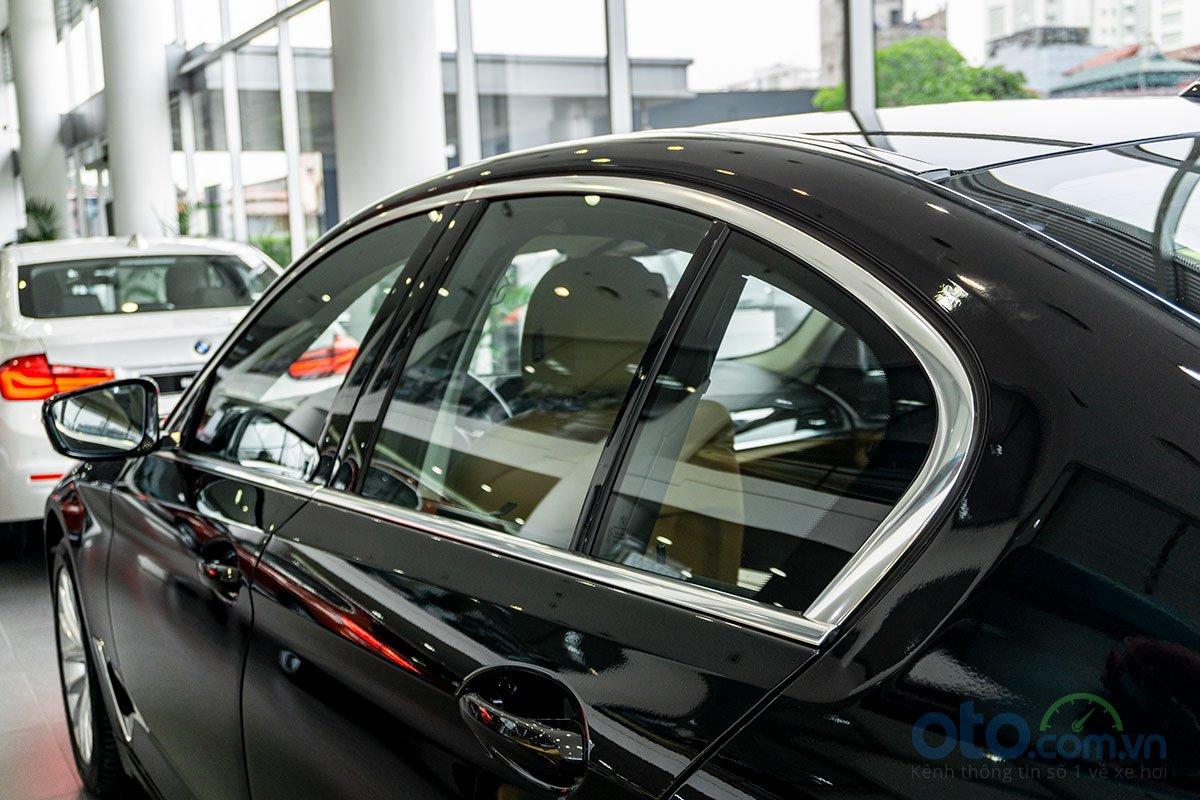 Đánh giá xe BMW 530i 2019: Viền cửa sổ mạ crôm.