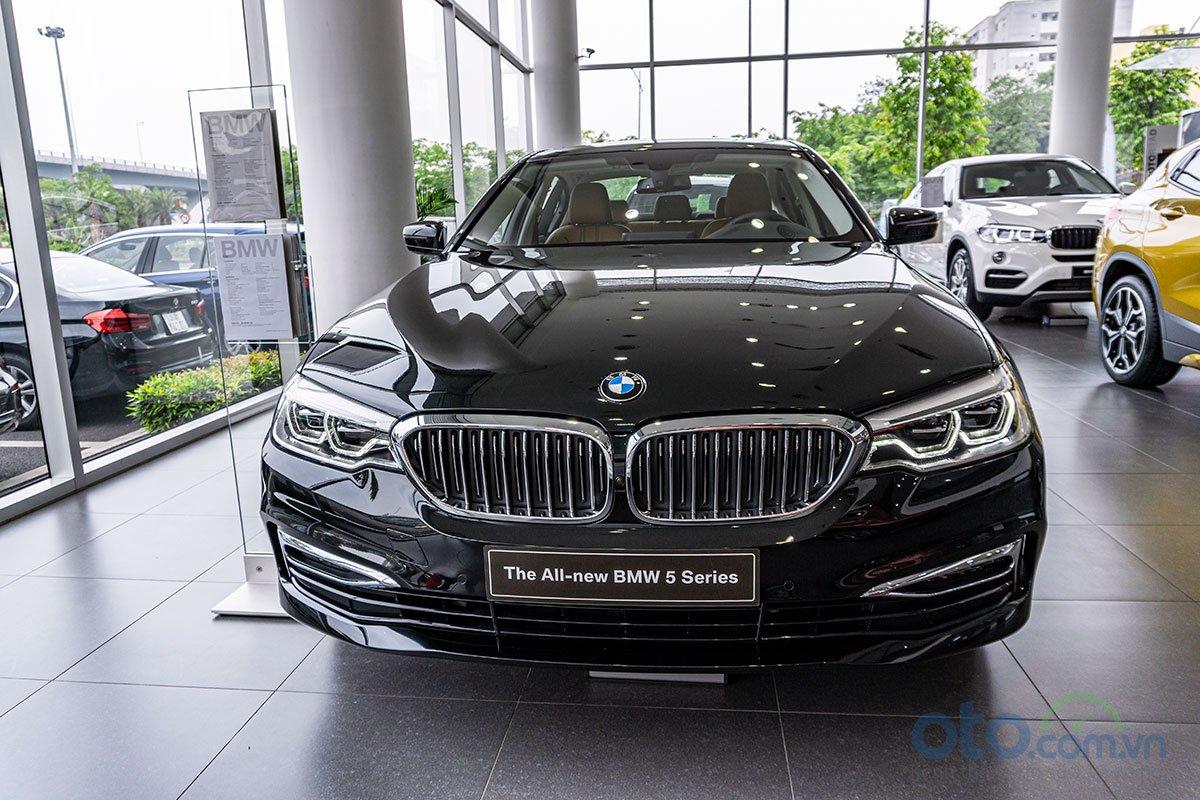 Đánh giá xe BMW 530i 2019: đầu xe có thiết kế táo bạo hơn.