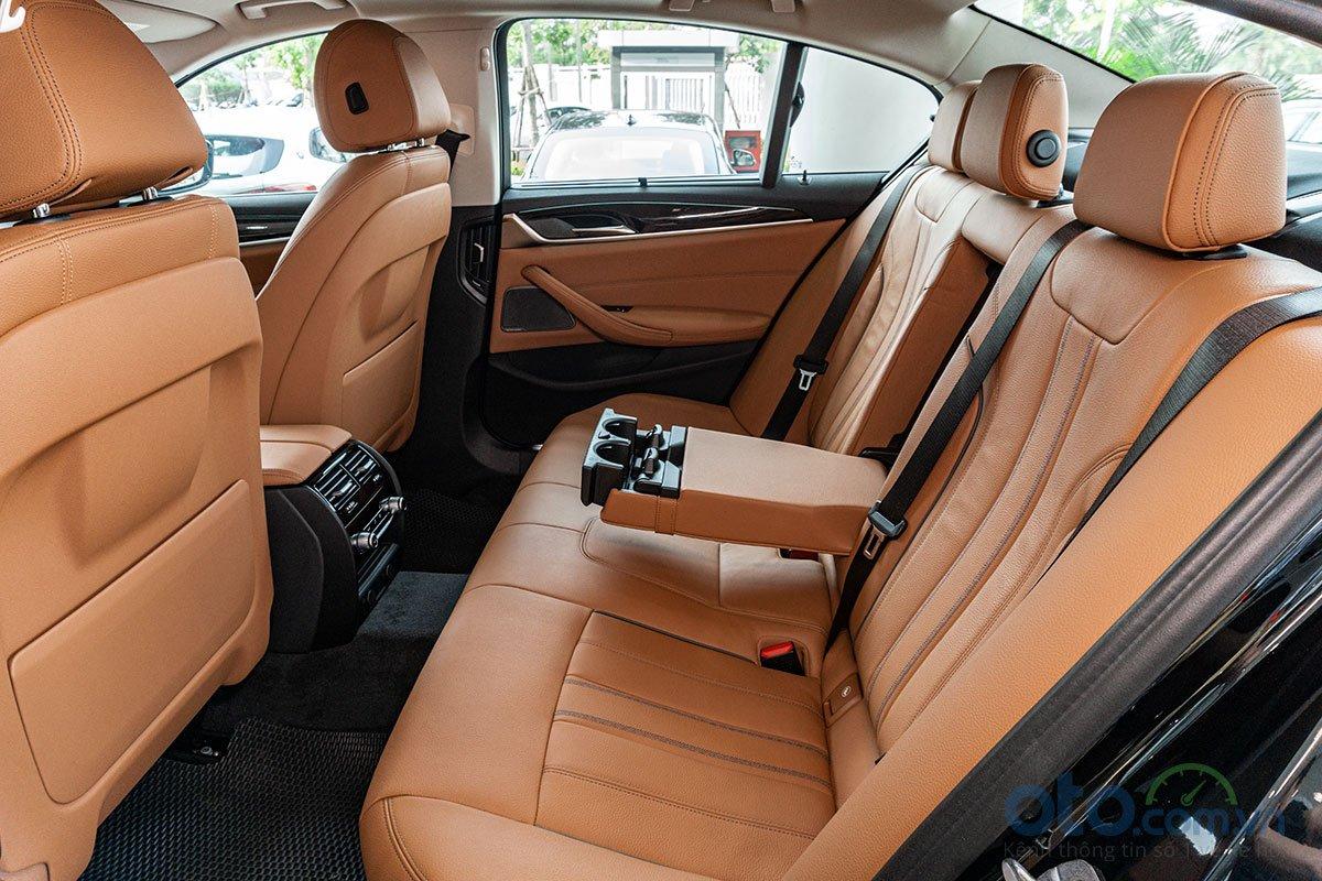 Đánh giá xe BMW 530i 2019: Hàng ghế sau rộng rãi.