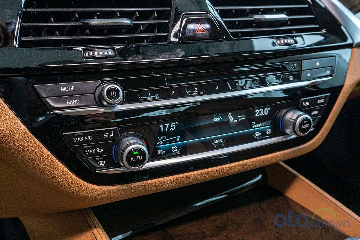 Đánh giá xe BMW 530i 2019: Hệ thống điều hoà tự động với màn hình hiện thị màu.