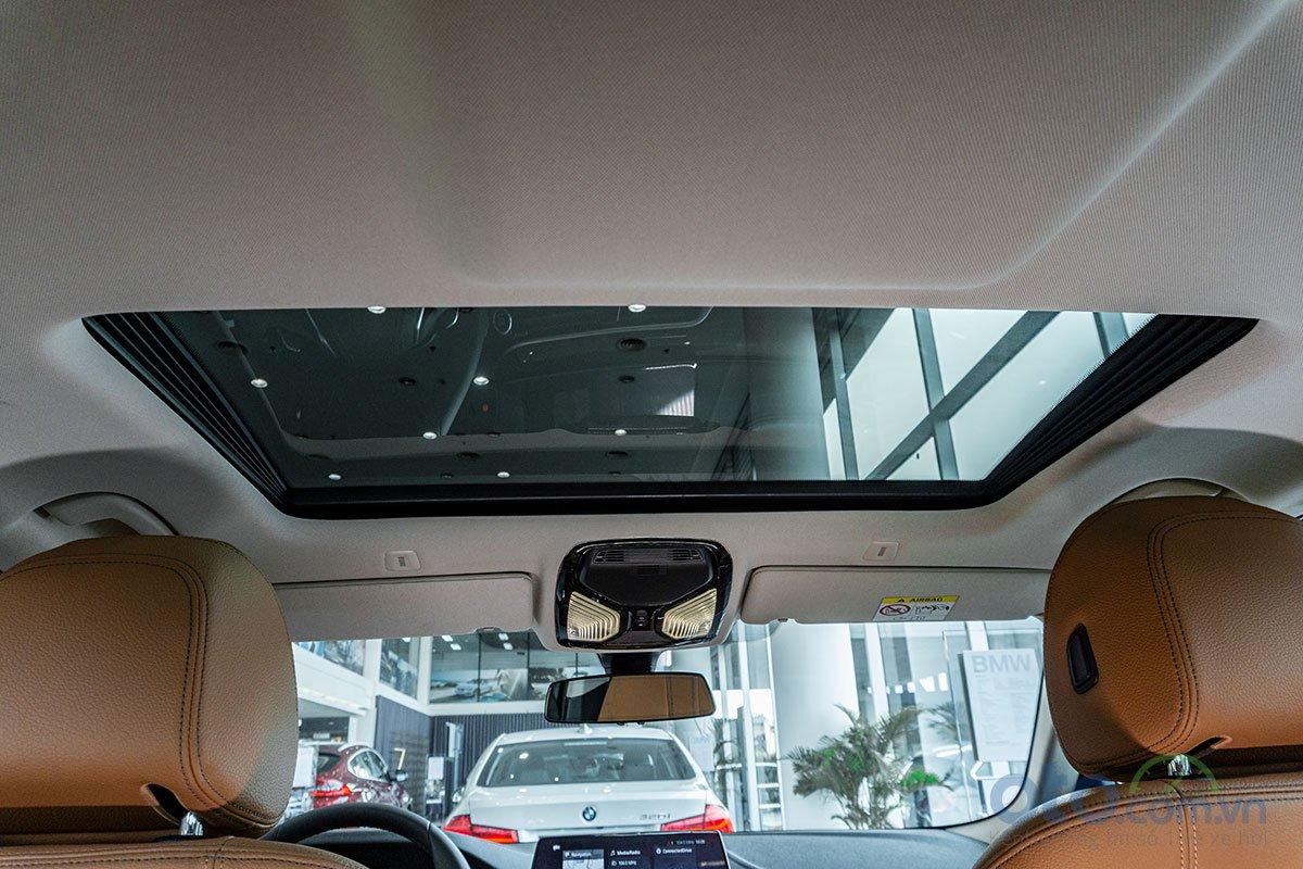 Đánh giá xe BMW 530i 2019: Cửa sổ trời.