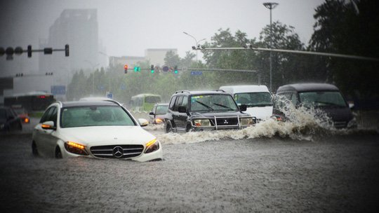 Hiện tượng thủy kích xảy ra khi ô tô đi qua những khu vực ngập nước cao, đặc biệt là trong mùa mưa bão