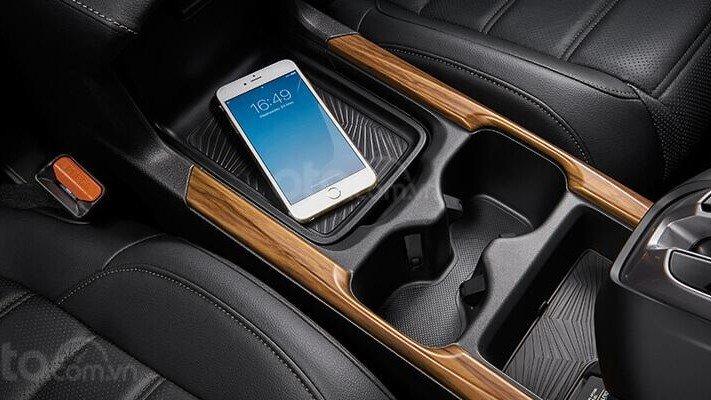 So sánh xe Subaru Forester 2019 và Honda CR-V 2019: Hộc đựng cốc và kết nối điện thoại thông minh trên CR-V 1