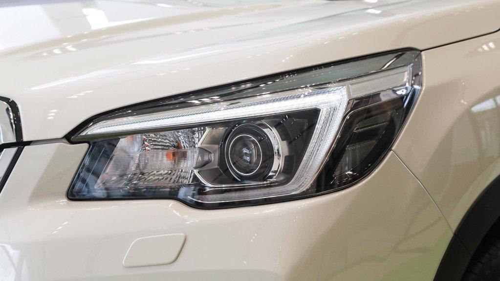 So sánh xe Subaru Forester 2019 và Honda CR-V 2019: Thiết kế đèn pha Subaru Forester 1