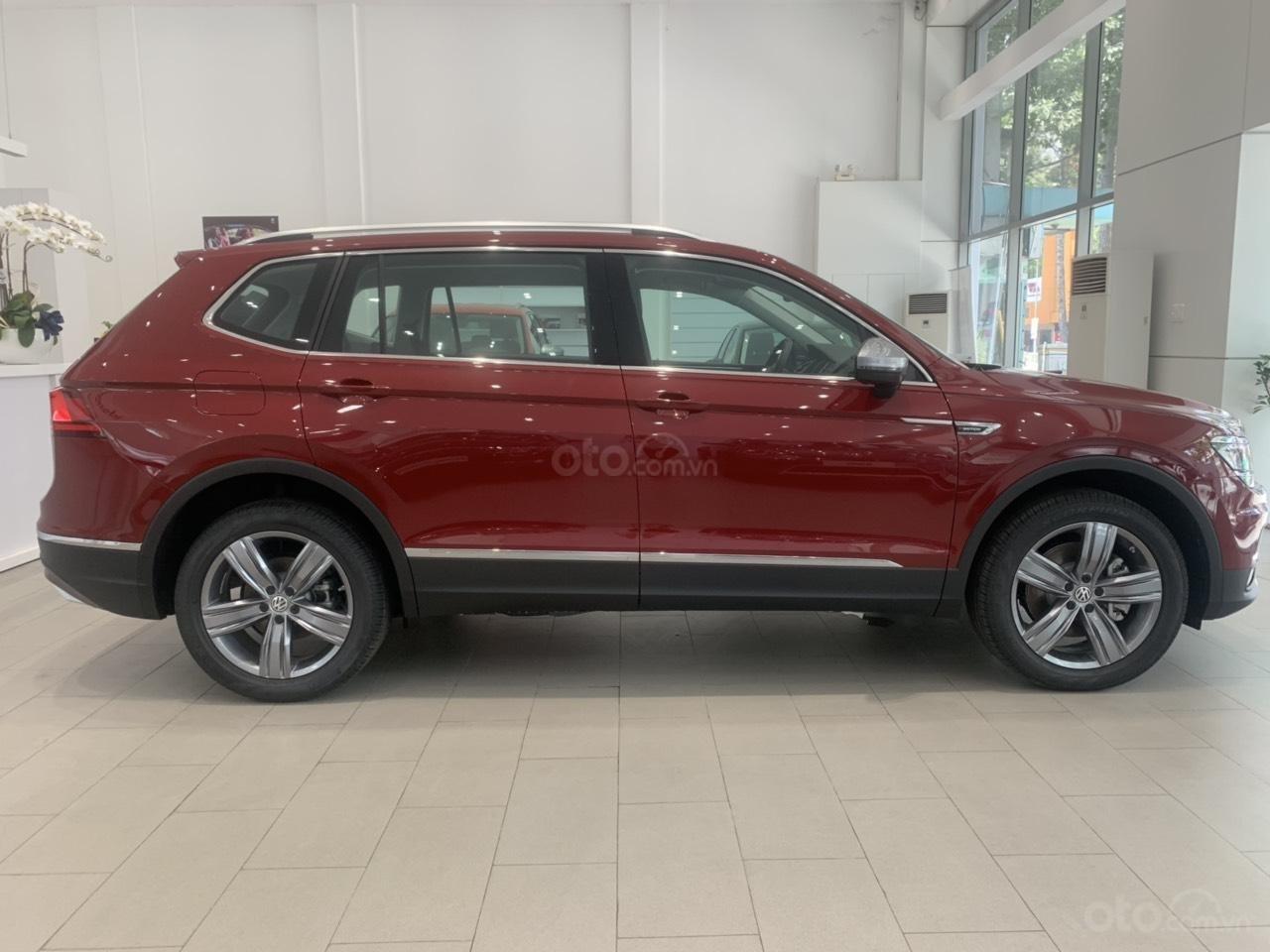 Volkswagen Tiguan Allspace 7 chỗ phiên bản Luxury hoàn hảo màu đỏ. Ưu đãi về giá, giao ngay (2)