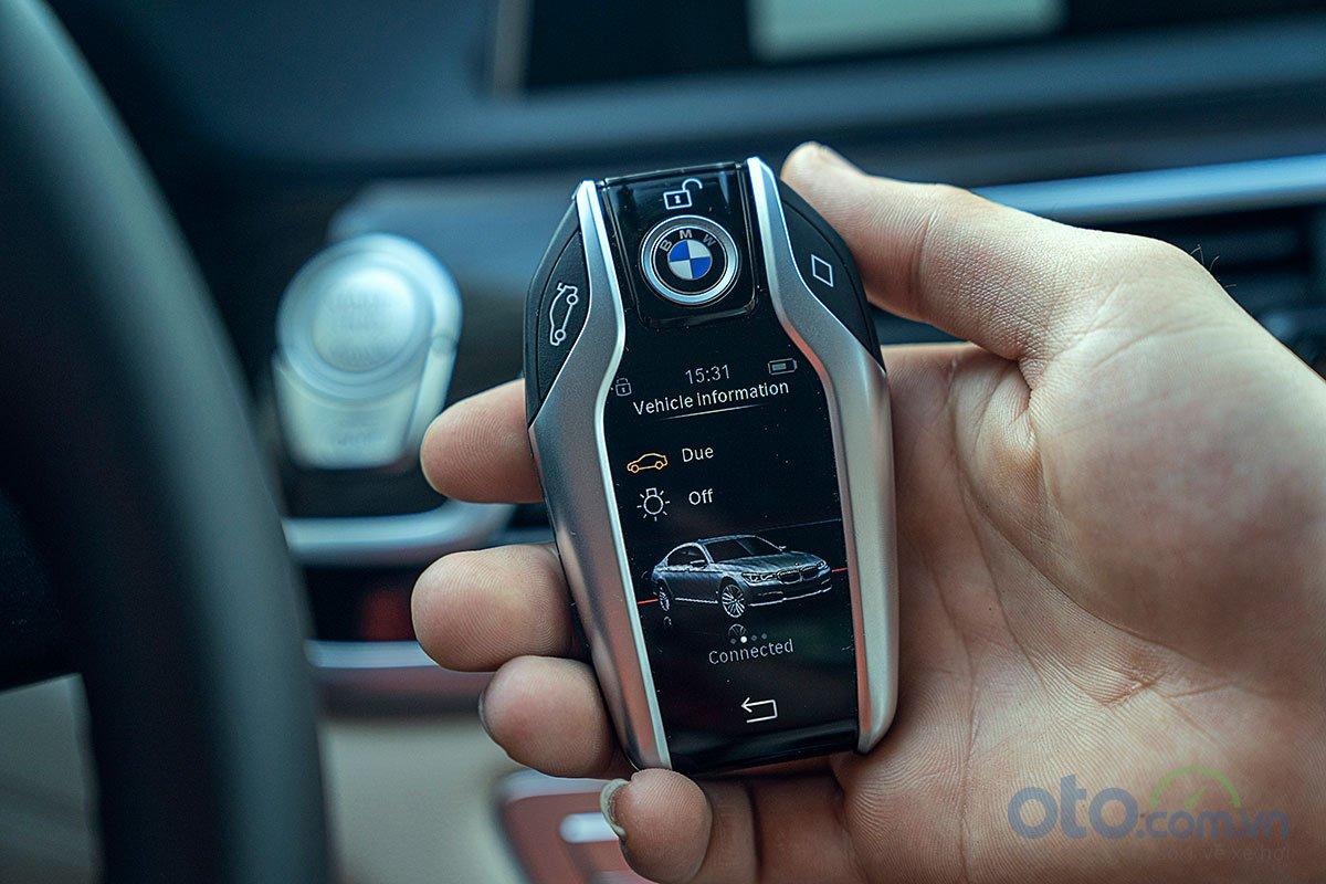 Đánh giá xe BMW 730Li 2019: Khoá thông minh với màn hình hiển thị nhiều thông tin.