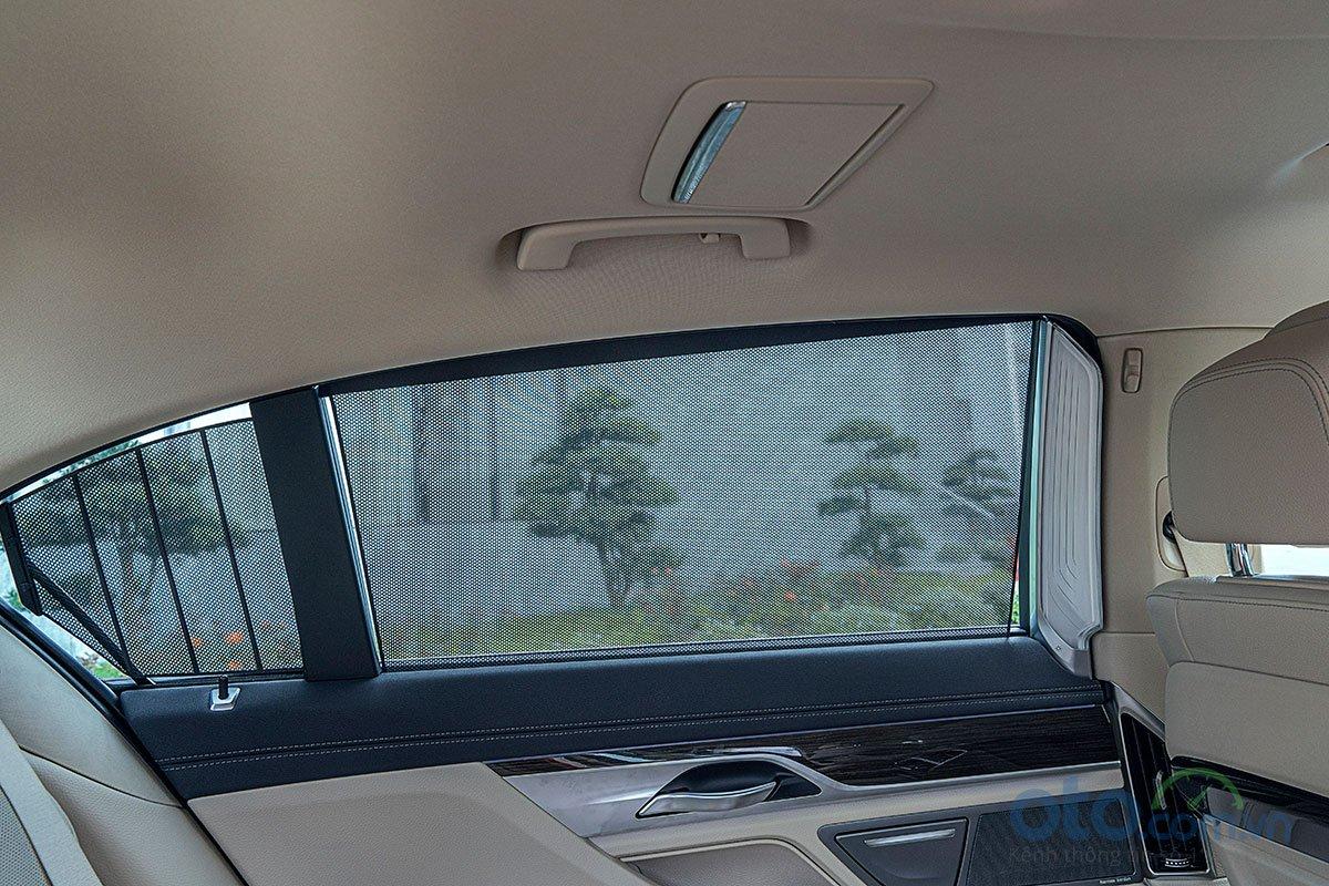 Đánh giá xe BMW 730Li 2019: Rèm che nắng cho hành khách phía sau.