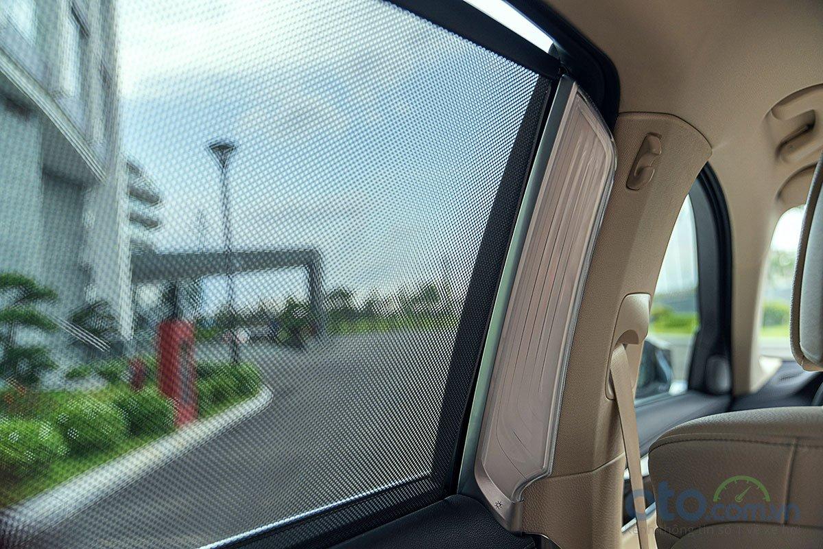 Đánh giá xe BMW 730Li 2019: Đèn chiếu sáng cho hành khách phía sau.